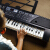 金色年代(JINSENIANDAI)子供電子キー61鍵盤女の子益智成人ピアノフレームのおもちゃ61鍵盤ファッション黒【マイクを贈る+携帯電話が使える】