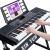 新韻(XINYUN)の点灯と61鍵盤の子供電子キーボーを弾きます。大人の子供が初心者で入門教育楽器(知能点灯版)を学びます。